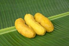 Τηγανισμένα fritters μπανανών στο φύλλο μπανανών στοκ εικόνες με δικαίωμα ελεύθερης χρήσης