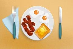 Τηγανισμένες αυγά, μπέϊκον και φρυγανιά Στοκ Φωτογραφίες