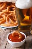 Τηγανισμένες δαχτυλίδια κρεμμυδιών και κινηματογράφηση σε πρώτο πλάνο μπύρας στον πίνακα verticalï ¿ ½ Στοκ φωτογραφίες με δικαίωμα ελεύθερης χρήσης