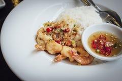 Τηγανισμένες γαρίδες, άλας, πιπέρι με το ρύζι Στοκ Φωτογραφίες