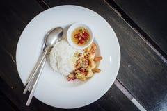 Τηγανισμένες γαρίδες, άλας, πιπέρι με το ρύζι Στοκ Εικόνες