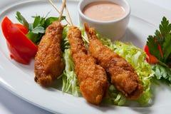 Τηγανισμένες γαρίδες με τη σαλάτα στο άσπρο πιάτο στοκ φωτογραφία