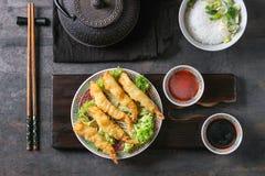Τηγανισμένες γαρίδες tempura με τις σάλτσες Στοκ φωτογραφία με δικαίωμα ελεύθερης χρήσης