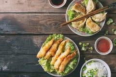 Τηγανισμένες γαρίδες tempura με τις σάλτσες Στοκ εικόνα με δικαίωμα ελεύθερης χρήσης