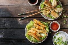 Τηγανισμένες γαρίδες tempura με τις σάλτσες Στοκ Εικόνα