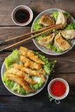 Τηγανισμένες γαρίδες tempura με τις σάλτσες Στοκ Φωτογραφίες
