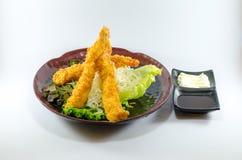 Τηγανισμένες ιαπωνικές γαρίδες στο μαύρο πιάτο στο άσπρο υπόβαθρο Στοκ φωτογραφία με δικαίωμα ελεύθερης χρήσης