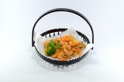 Τηγανισμένες ιαπωνικές γαρίδες στο μαύρο πιάτο στο άσπρο υπόβαθρο Στοκ φωτογραφίες με δικαίωμα ελεύθερης χρήσης