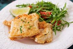 Τηγανισμένες λωρίδες άσπρων ψαριών και σαλάτα ντοματών με το arugula Στοκ φωτογραφίες με δικαίωμα ελεύθερης χρήσης