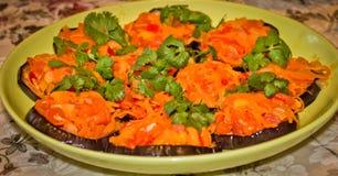Τηγανισμένες μελιτζάνες με τα μαγειρευμένα καρότα Στοκ φωτογραφία με δικαίωμα ελεύθερης χρήσης