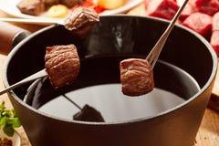 Τηγανισμένες μερίδες του τρυφερού βόειου κρέατος που μαγειρεύεται fondue Στοκ Φωτογραφίες