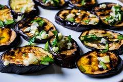 Τηγανισμένες μπλε μελιτζάνες με το φρέσκο σκόρδο και πράσινα σε ένα στρογγυλό άσπρο πιάτο, καυτός και ορεκτικός Σπιτικό μαγείρεμα στοκ φωτογραφία με δικαίωμα ελεύθερης χρήσης