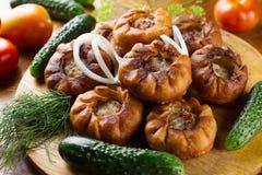 Τηγανισμένες πίτες κρέατος belyash με τα λαχανικά στον ξύλινο πίνακα στοκ φωτογραφία με δικαίωμα ελεύθερης χρήσης