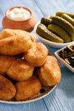 Τηγανισμένες πίτες στον ξύλινο πίνακα, ρωσική κουζίνα ύφους στοκ εικόνα