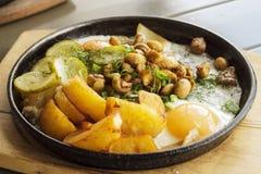 Τηγανισμένες πατάτες με τα μανιτάρια και ένα τηγανισμένο αυγό Στοκ Φωτογραφίες