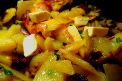 Τηγανισμένες πατάτες με τα πράσινα κρεμμύδια Στοκ φωτογραφία με δικαίωμα ελεύθερης χρήσης