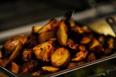 Τηγανισμένες πατάτες με το μπέϊκον και κρεμμύδια στο δοχείο Στοκ Εικόνες