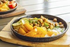 Τηγανισμένες πατάτες με το μπέϊκον, τα μανιτάρια και ένα τηγανισμένο αυγό Στοκ φωτογραφίες με δικαίωμα ελεύθερης χρήσης