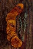 Τηγανισμένες πατάτες σε έναν ξύλινο πίνακα Στοκ φωτογραφία με δικαίωμα ελεύθερης χρήσης