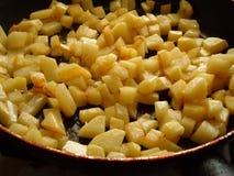 Τηγανισμένες πατάτες σε ένα τηγανίζοντας τηγάνι στοκ φωτογραφίες