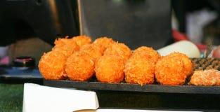 Τηγανισμένες σφαίρες τυριών στην αγορά οδών στοκ φωτογραφία με δικαίωμα ελεύθερης χρήσης