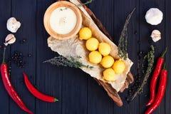 Τηγανισμένες σφαίρες τυριών στις τριμμένες φρυγανιές με την κρεμώδη σάλτσα, τα χορτάρια και το s Στοκ φωτογραφία με δικαίωμα ελεύθερης χρήσης