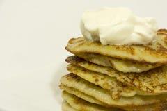 Τηγανισμένες τηγανίτες πατατών με την ξινή σάλτσα κρέμας στοκ φωτογραφίες με δικαίωμα ελεύθερης χρήσης
