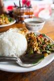 Τηγανισμένη άδεια βασιλικού με το κοτόπουλο στο ρύζι. Στοκ εικόνα με δικαίωμα ελεύθερης χρήσης