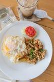 Τηγανισμένη άδεια βασιλικού με το χοιρινό κρέας και τηγανισμένο αυγό Στοκ εικόνες με δικαίωμα ελεύθερης χρήσης
