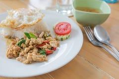 Τηγανισμένη άδεια βασιλικού με το χοιρινό κρέας και τηγανισμένο αυγό Στοκ Φωτογραφίες