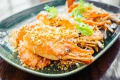 Τηγανισμένη γαρίδα με το σκόρδο στο πιάτο Στοκ Φωτογραφίες