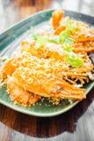 Τηγανισμένη γαρίδα με το σκόρδο στο πιάτο Στοκ φωτογραφία με δικαίωμα ελεύθερης χρήσης