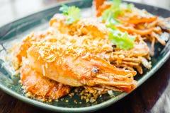 Τηγανισμένη γαρίδα με το σκόρδο στο πιάτο Στοκ Εικόνα
