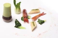 Τηγανισμένη γαρίδα με το χυμό λάχανων στο άσπρο υπόβαθρο Στοκ εικόνα με δικαίωμα ελεύθερης χρήσης