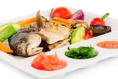 Τηγανισμένη επιθυμία με τα ψημένες στη σχάρα λαχανικά και τις σάλτσες Στοκ Φωτογραφίες