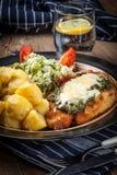 Τηγανισμένη λωρίδα κοτόπουλου με το σπανάκι και το τυρί Στοκ εικόνα με δικαίωμα ελεύθερης χρήσης