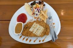 Τηγανισμένη μπριζόλα λωρίδων ψαριών με τα λαχανικά και τις πατάτες Στοκ φωτογραφία με δικαίωμα ελεύθερης χρήσης