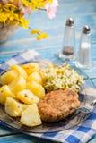 Τηγανισμένη μπριζόλα χοιρινού κρέατος με τις βρασμένες πατάτες και τη σαλάτα Στοκ Εικόνες