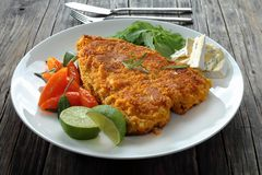 Τηγανισμένη μπριζόλα ψαριών στο άσπρο πιάτο Στοκ Εικόνα
