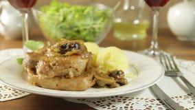 Τηγανισμένη μπριζόλα χοιρινού κρέατος με τα μανιτάρια και τις πατάτες απόθεμα βίντεο
