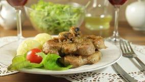 Τηγανισμένη μπριζόλα χοιρινού κρέατος με τα μανιτάρια και τις πατάτες φιλμ μικρού μήκους