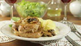Τηγανισμένη μπριζόλα χοιρινού κρέατος με τα μανιτάρια απόθεμα βίντεο
