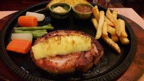 Τηγανισμένη μπριζόλα χοιρινού κρέατος, τσιπ και φυτική σαλάτα Στοκ εικόνα με δικαίωμα ελεύθερης χρήσης