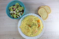 Τηγανισμένη ομελέτα αυγών πρωινού πρόγευμα που καλύπτεται με τη σαλάτα τυριών και αγγουριών στοκ φωτογραφίες