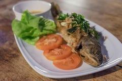 Τηγανισμένη πέστροφα ουράνιων τόξων, ταϊλανδικά τρόφιμα Στοκ Φωτογραφίες