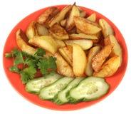 Τηγανισμένοι πατάτα, αγγούρι και μαϊντανός. Στοκ Εικόνα