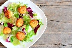 Τηγανισμένη συνταγή σφαιρών πατατών Οι σπιτικές τηγανισμένες πολτοποιηίδες σφαίρες πατατών με τους σπόρους κολοκύθας εξυπηρέτησαν Στοκ Εικόνα