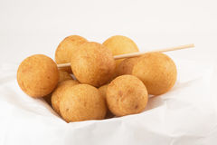 Τηγανισμένη σφαίρα ζύμης γλυκών πατατών που απομονώνεται στο άσπρο υπόβαθρο Στοκ φωτογραφία με δικαίωμα ελεύθερης χρήσης