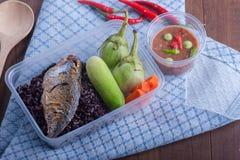 Τηγανισμένη mackere σάλτσα γαρίδα-κολλών ρυζιού μούρο και φυτικό boxset Στοκ φωτογραφίες με δικαίωμα ελεύθερης χρήσης