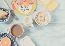 Τηγανισμένοι πρόγευμα αυγά και καφές Στοκ φωτογραφία με δικαίωμα ελεύθερης χρήσης